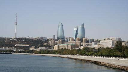 Meerespromenade in Baku mit Flame Towers im Hintergrund, Aserbaidschan