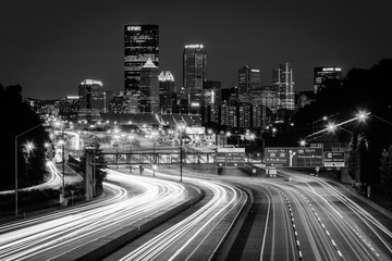 The Pittsburgh skyline and I-279 at night, in Pittsburgh, Pennsylvania. Fotomurales