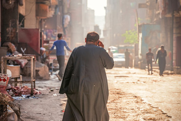 18/11/2018 Cairo, Egypt, inhabitants of garbage city in the streets of his area among a bunch of garbage and ineligible stink Papier Peint