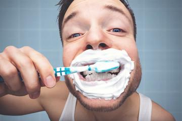 Witziges Porträt eines Mannes beim Zähneputzen Wall mural