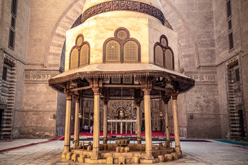 .18/11/2018 Cairo, Egypt, the interior of the main hall for the prayers of the ancient and largest mosque in Cairo with a well in the center