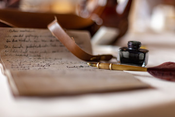 Alter Text Papier Pergament und Feder