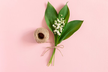 Türaufkleber Maiglöckchen Bouquet of lilies of the valley with green leaves tied with twine