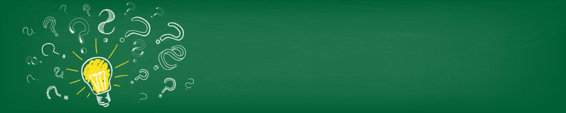 Glühbirne mit Fragezeichen auf grüner Tafel Panorama