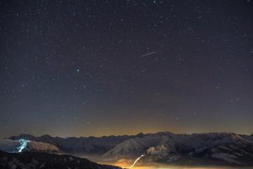 Sternenklarer Nachthimmel über den Allgäuer Alpen im Winter