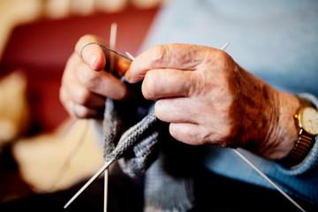 Hände einer strickenden Seniorin