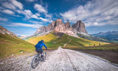 dolina, Europa, Italia, Włochy, Dolomity, SellaRonda, rower górski, rowery, wycieczki, podróże, góry, droda leśna, dróżka, serpentyny, skały, łąka, las, koła, niebo, chmury, Europe, Italy, Italy, Dol Wall mural