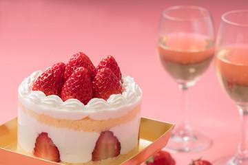 誕生日ケーキとシャンパンのイメージ写真