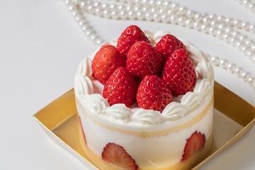 高級感のあるバースデー記念日ホールケーキ