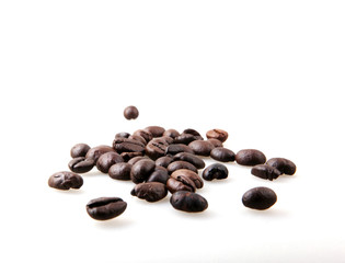 Fototapete - Roasted Coffee Beans Over White Background