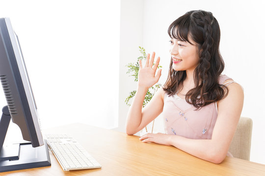 ビデオチャット・テレビ会議・ライブ配信をする若い女性
