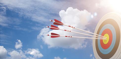 Zielscheibe mit 3 Pfeilen vor einem blauen Himmel