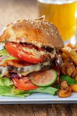 hausgemachte Hamburger mit Pommes frites