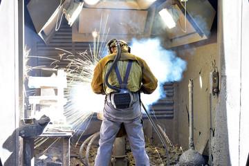 Industriearbeiter beim schweißen von Stahl // Industrial worker welding steel