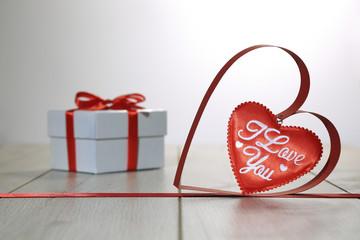 Obraz Dwa serca i białe pudełko na podłodze, walentynki. - fototapety do salonu