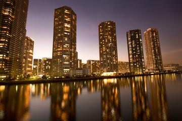 Fototapete - 夕暮れのタワーマンション街