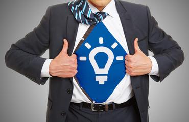 Innovation Konzept mit Mann der sein Hemd aufreizt