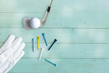 Golfequipment auf flacher Unterlage von oben