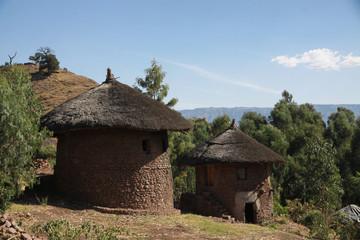 Fototapeta tradycyjne okrągłe afrykańskie chaty kryte strzechą w etiopii obraz