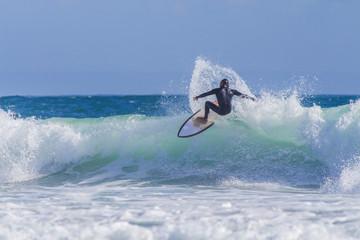 Manobra de surfista na praia de Carcavelos Portugal