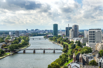 Fototapete - Aerial view of Holbeinsteg pedestrian suspension bridge over the river Main in Frankfurt am Main, Germany.