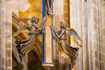 Intérieur de la cathédrale Sainte Eulalie de Barcelone, Sculpture d'ange dorée