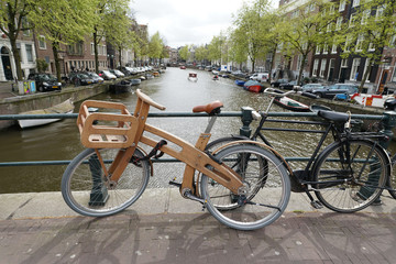 n velo en bois à Amsterdam