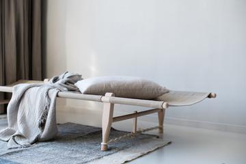 Tagesbett in Raum mit monochromer, skandinavischer Inneneinrichtung
