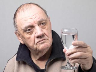 portrait homme âgée dubitatif de tant le verre d'eau