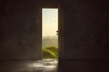 Tür führt zu wunderschöner Landschaft