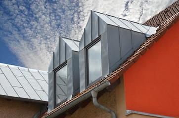 Renovierte Dachgauben mit Stehfalz-Zinkblechverkleidung als Wetterschutz