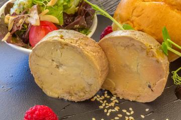 Foie gras, brioche et salade