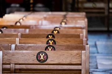 Gravure de croix sur les bancs de la cathédrale Sainte Croix de Barcelone