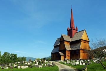 Ringebu Stabkirche mit Friedhof