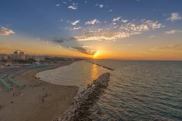Bellissimo panorama marino con veduta della spiaggia al tramonto