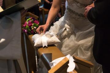 Das Hochzeitspaar tauscht die Ringe während der Zeremonie in der Kirche