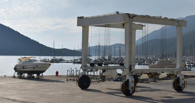 wheel crane for launching yacht in port