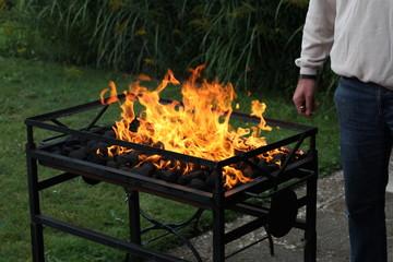 Offenes Feuer an einem großen Grill, Grillanzünder