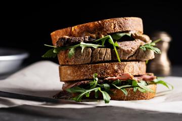 Roast beef sandwich with rugula and mustard