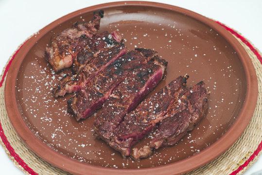 Gegrilltes Ribeye Steak auf heißem Teller