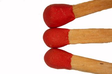 Streichholz mit rotem Köpfchen unter der Lupe