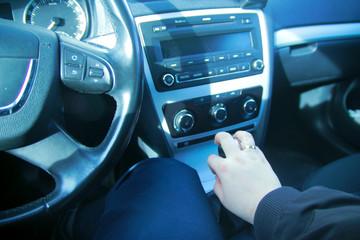 Obraz samochód ręka z obrączką na skrzyni biegów - fototapety do salonu