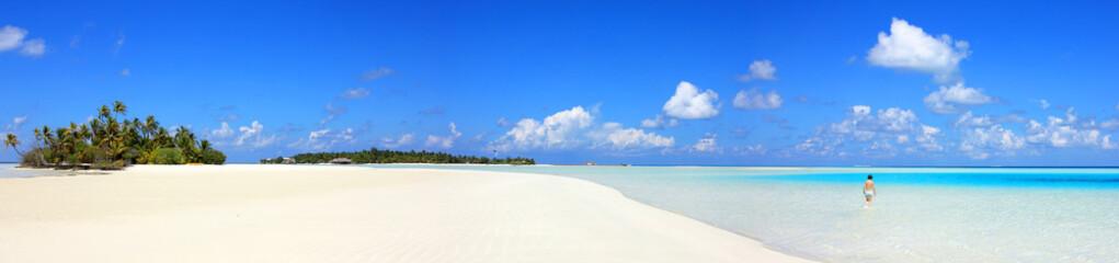Baignade dans lagon bleu des Maldives