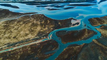 Abstrakter Flusslauf in Island aus der Luft