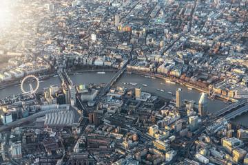 Photo sur Plexiglas Londres Luftaufnahme des Zentrums von London mit den zahlreichen Touristen Attraktionen der Themse entlang, Großbritannien