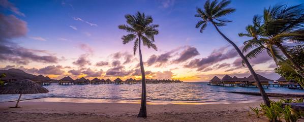 Wall Mural - Urlaub in einem Luxus Resort am Meer mit Sonnenuntergang
