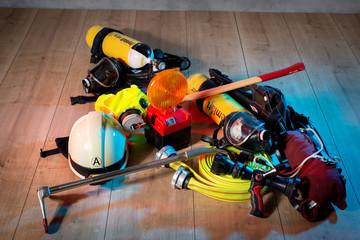 Feuerwehr Ausrüstung,  Atemschutz Einsatz für Angriffs Trupp liegt auf Holzboden