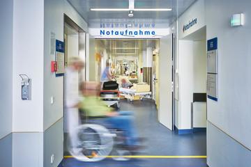 Notaufnahme Eingang Arzt Rollstuhl Krankenhaus