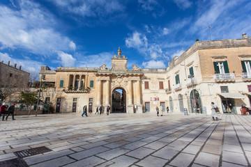 Porta San Biagio Lecce durante una giornata di sole e nuvole