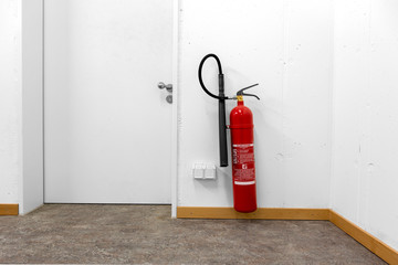 Feuerlöscher mit Kohlendioxid hängt an der Wand